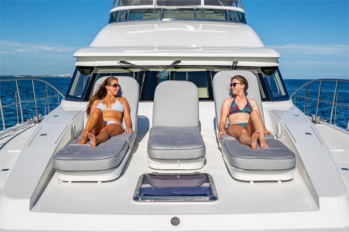 Yacht Oculus bow