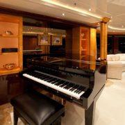 Lady Lola salon piano