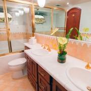 Ocean Pearl - Guest Bathroom